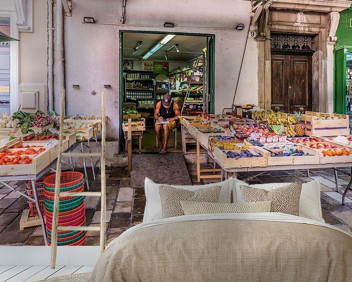 Sfeerimpressie behang: shopkeeper van Andre Klooster