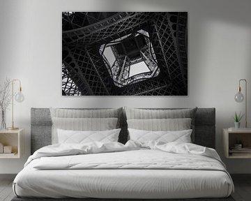 Unteransicht einer der Säulen des Eiffelturms von Suzanne Schoepe