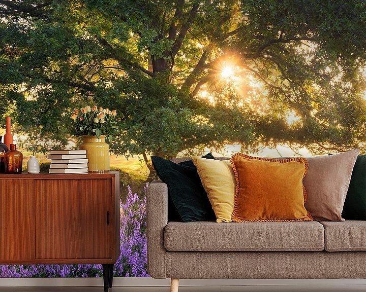 Sfeerimpressie behang: Bloeiende heide en oude eik van Rick Kloekke
