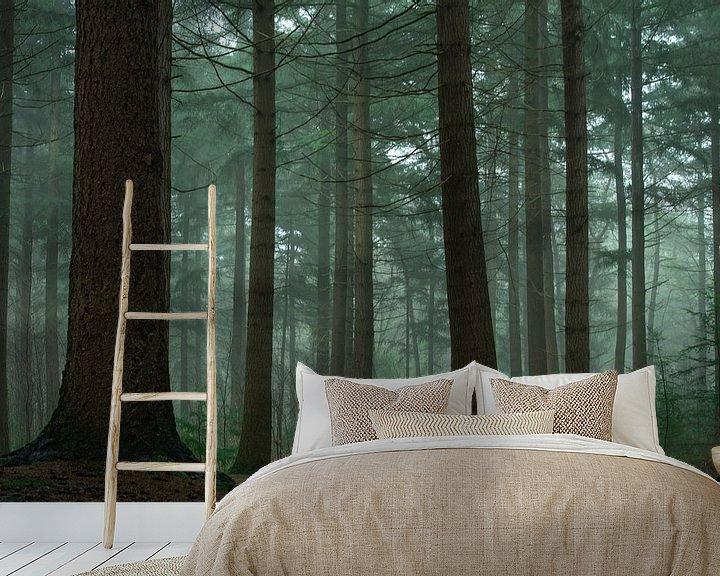 Sfeerimpressie behang: Naaldbos in de mist van Jacco van Son