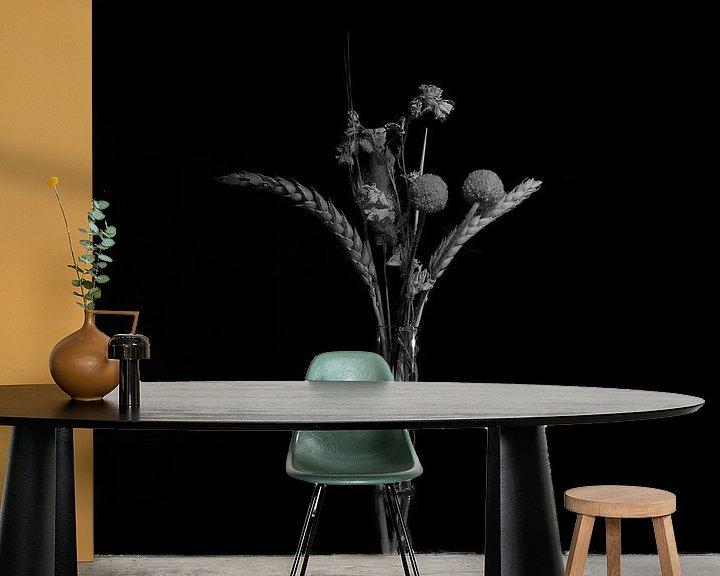 Sfeerimpressie behang: Bloemen low key zwart/wit stilleven van Fotografie Sybrandy