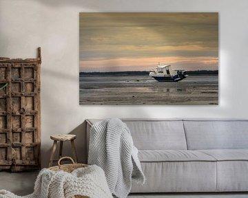 Boot op het strand tijdens eb in Normandie