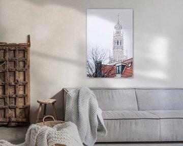 Winterse Bakenesserkerk achter grachtenpand in Haarlem van Simone Neeling