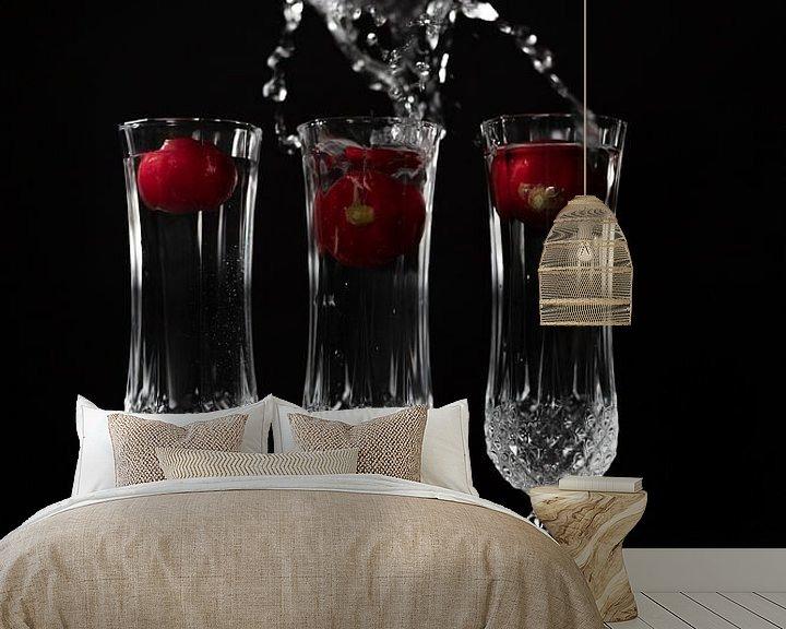 Sfeerimpressie behang: Stilleven met kristallen glazen en spetterend water van Steven Dijkshoorn