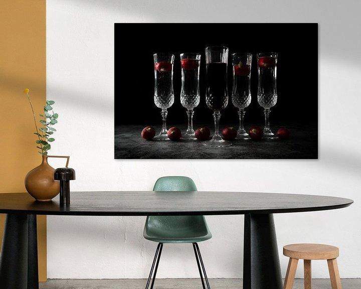 Sfeerimpressie: Stilleven met vijf kristallen glazen en zwarte achtergrond van Steven Dijkshoorn