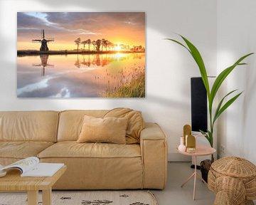 Nederlandse windmolen tijdens prachtige zonsopgang, Nederland van Olha Rohulya