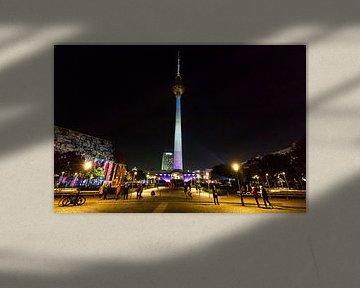 La tour de télévision sur l'Alexanderplatz sous un éclairage particulier