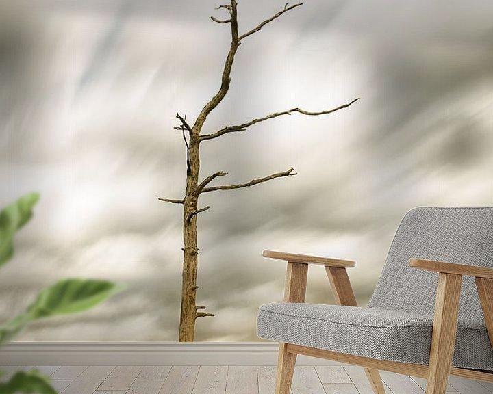 Sfeerimpressie behang: Dode boom van Mark Bolijn