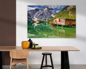 Lac de montagne avec hangar à bateaux dans les Dolomites sur Voss Fine Art Fotografie