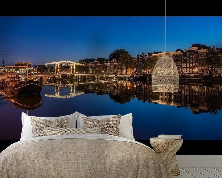 Sfeerimpressie behang: Amstel spiegel blauwe uur 2 van Jeroen de Jongh