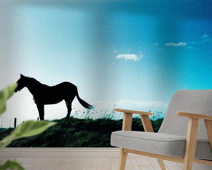 Sfeerimpressie behang: Tophit horse on hill van Ron ter Schegget