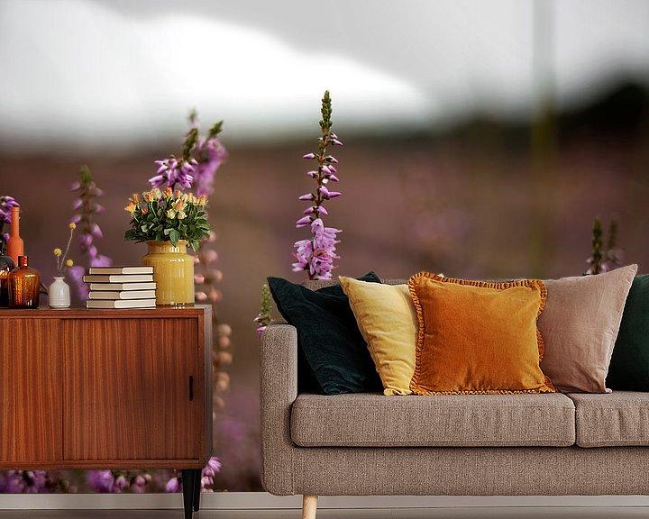 Sfeerimpressie behang: Paarse heide in bloei van Jaleesa Koelen