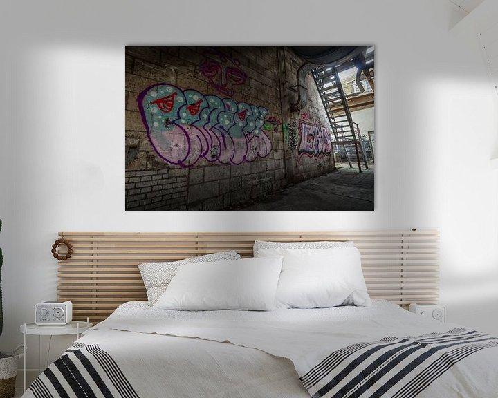 Sfeerimpressie: Graffiti in een verlaten fabriekshal van Mark Bolijn