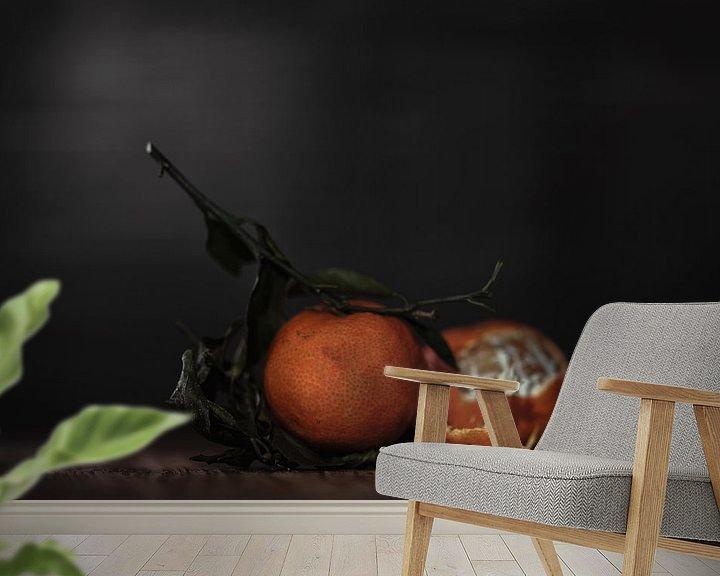 Sfeerimpressie behang: Stilleven Clementines met stengel van Steven Dijkshoorn