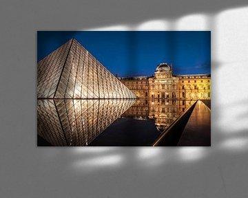 Glazen piramide op de binnenplaats van het Musée du Louvre, Parijs van Christian Müringer