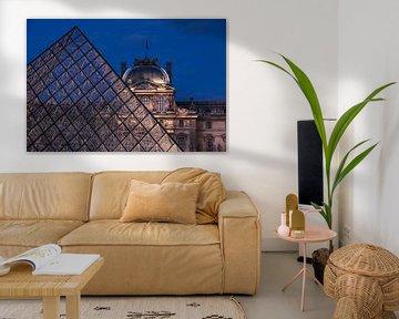Pyramide de verre dans la cour du musée du Louvre, Paris sur Christian Müringer