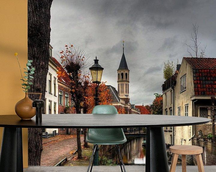 Sfeerimpressie behang: Langegracht met Elleboogkerk in historisch Amersfoort van Watze D. de Haan