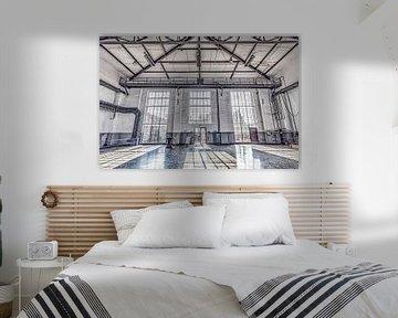 industriële hal met zonnige lichtval door de ramen