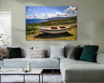 Kleine boot aan land met uitzicht over zakynto's van Fotos by Jan Wehnert