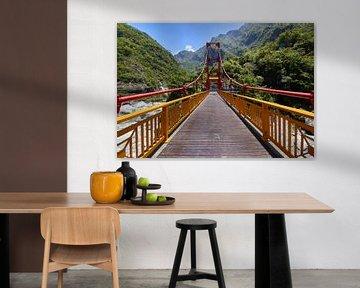 Brug over de Taroko Gorge in Taiwan van Jolene van den Berg