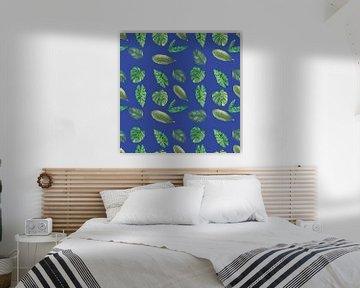 Nahtloses Muster von botanischen Blättern auf blau von Ivonne Wierink