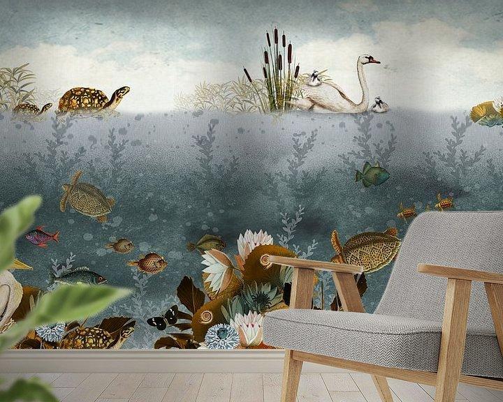 Sfeerimpressie behang: Onderwater wereld met vissen, schildpadden en zwaantjes. van Studio POPPY