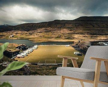Voetbalveld met camping op de Faeröer Eilanden van Expeditie Aardbol