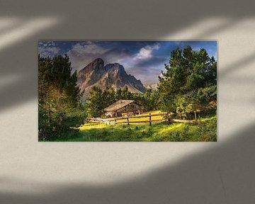 Houten huis op een bergweide in de Alpen / Dolomieten in Italië van Voss Fine Art Fotografie