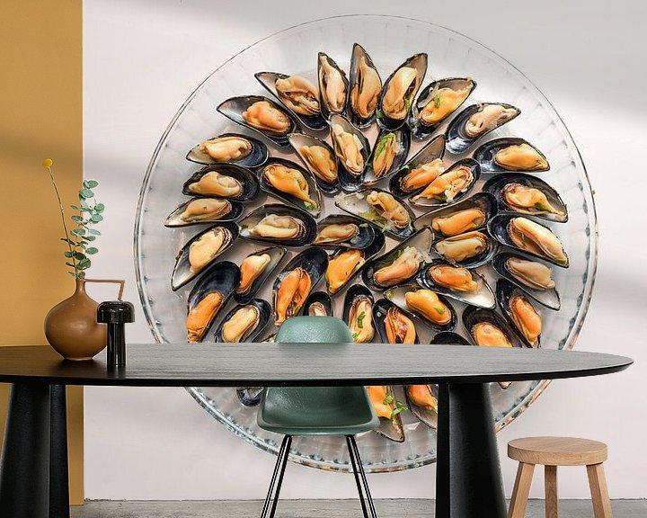Sfeerimpressie behang: Mosselen gekookt met ui en kruiden geserveerd op een rond glazen bord, grijze achtergrond met kopiee van Maren Winter