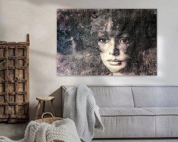 Frau an verwitterter Wand von Marijke de Leeuw - Gabriëlse