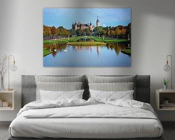 Schweriner Schloss vom Park aus gesehen mit Wasserkanälen, Spiegelungen, Skulpturen und Bäumen mit f von Maren Winter