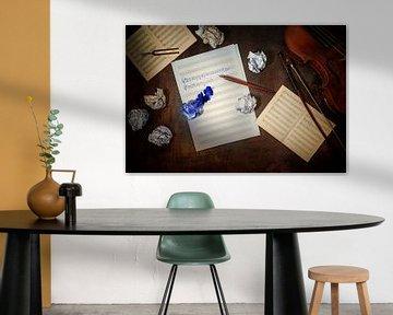 Violine, schlichtes und zerknittertes Notenblatt, handschriftlicher Beginn einer Musikkomposition un von Maren Winter