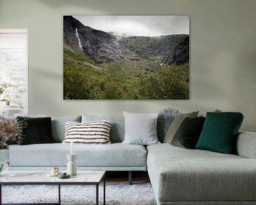 Landschaft mit einem Berghang der Trollstigen-Route in Norwegen an einem nebligen Morgen von Karijn | Fine art Natuur en Reis Fotografie
