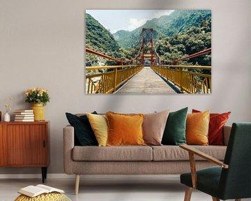Rood met gele brug in de Taroko Gorge in Taiwan van Expeditie Aardbol
