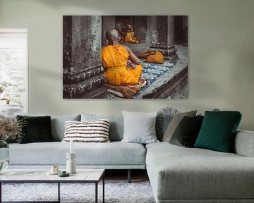 Boeddhistisch kindje in Angkor Wat, Cambodia van Karlijne Geudens