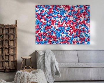 Makro-Fotografie von bunten Streuseln - Rot, weiss und blau