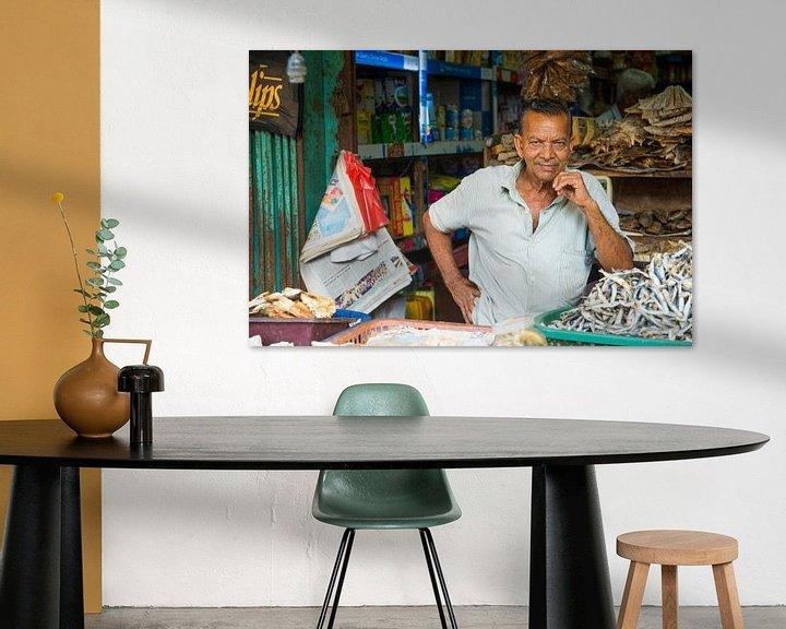 Sfeerimpressie: Trotse man bij zijn marktkraam in Sri Lanka van Lifelicious