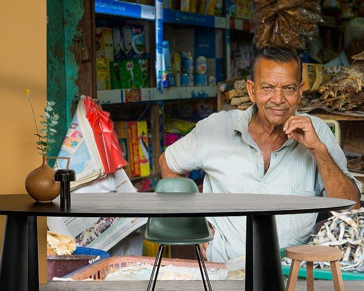 Sfeerimpressie behang: Trotse man bij zijn marktkraam in Sri Lanka van Lifelicious