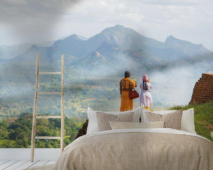 Sfeerimpressie behang: Moeder en dochter bij tempelcomplex Sigiriya in Sri Lanka van Lifelicious