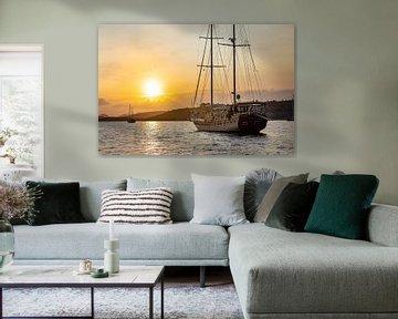 Gulet zeilboot op zee tijdens zonsondergang in Turkije van Michiel Ton