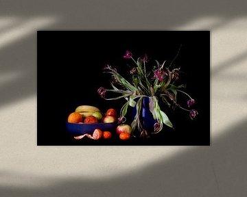 Stilleven met tulpen en mandarijn