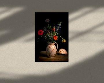 Blumenstillleben mit Muschel von Beeldpracht by Maaike