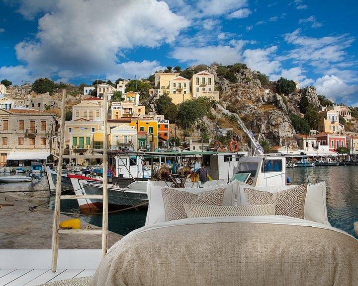 Sfeerimpressie behang: Vissersboten in de haven van het eiland Symi, Griekenland van Lifelicious