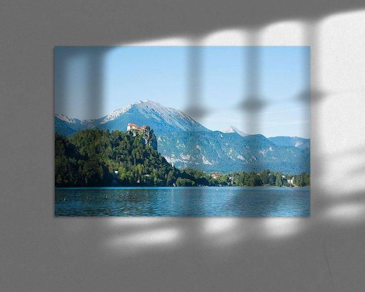 Sfeerimpressie: Kerk op een een heuvel bij het meer van Bled, Slovenie van Lifelicious