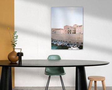 Der Hafen von Dubrovnik | Pastellfarbener Reisefotodruck aus Kroatien von Raisa Zwart