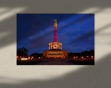 De Berlijnse Overwinningskolom in rood licht
