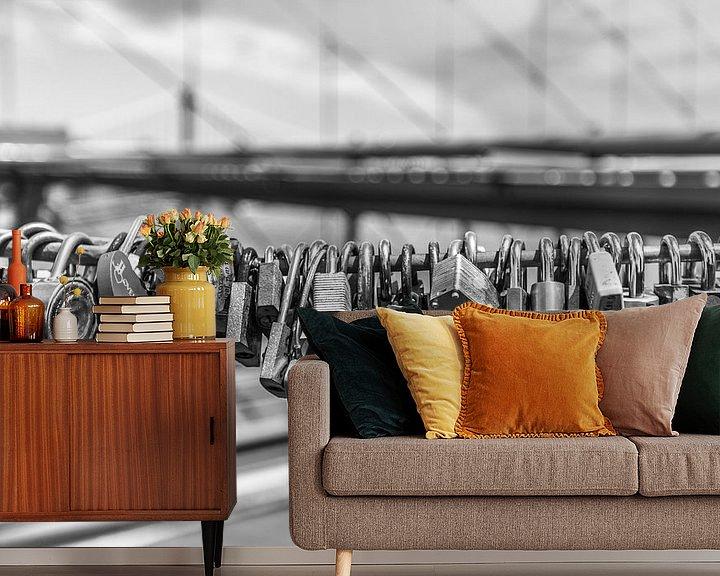 Sfeerimpressie behang: Liefdesslotjes aan de Brooklyn Bridge van Bert Nijholt