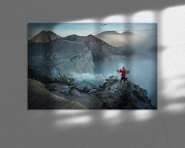 Portrait van een zwavel mijnwerker bij de krater van de Ijen vulkaan van Anges van der Logt