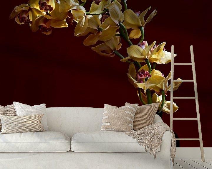 Sfeerimpressie behang: 'A Yellow Orchid' van Roelina Holtrop