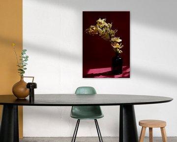 Branche d'orchidée jaune dans un vase